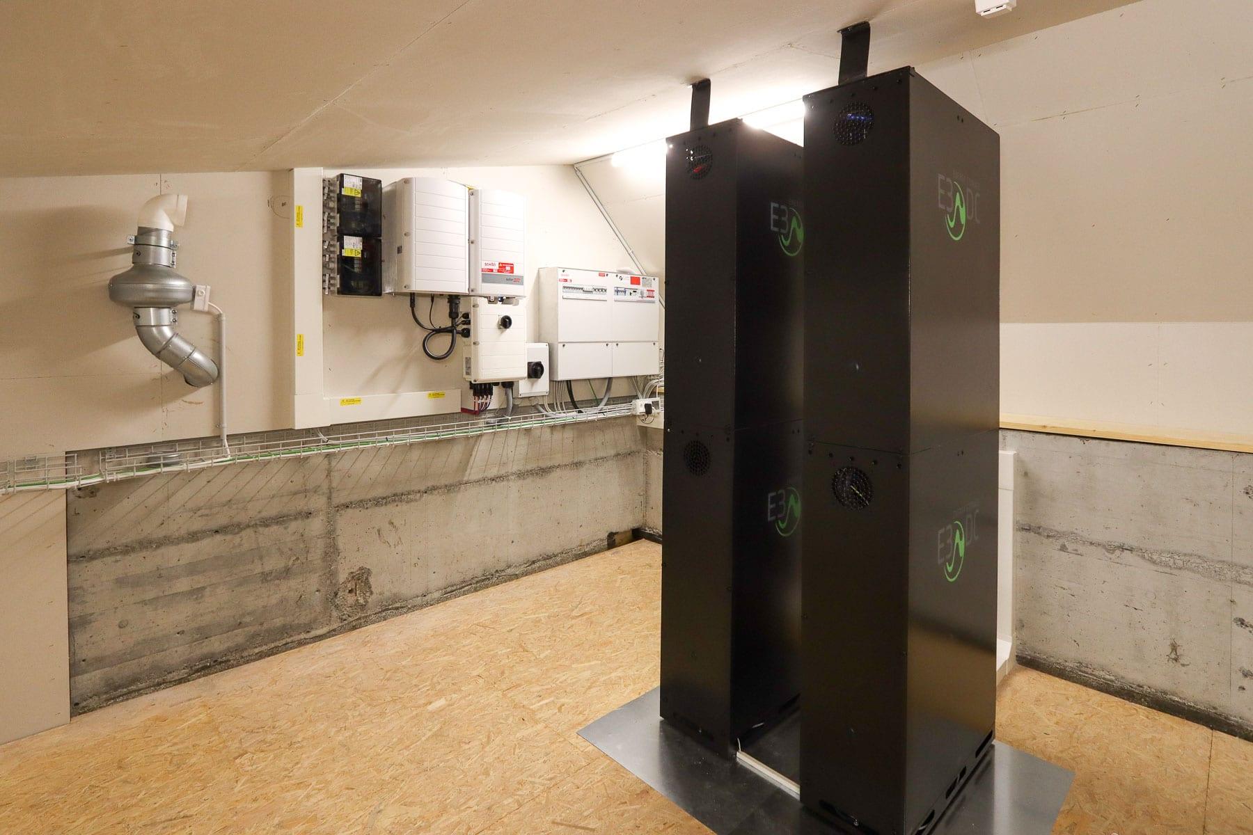 20-Technikraum-Solaranlage mit Batterien-bearbeitet